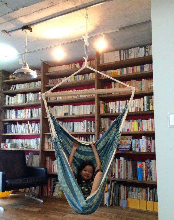 大きな本棚とハンモックで読書スペース